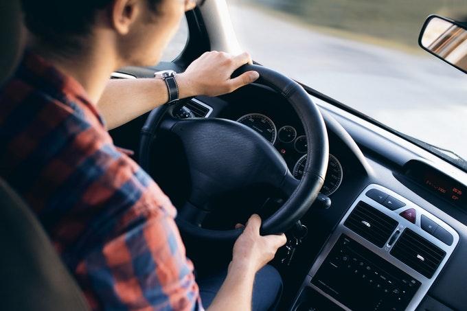 運転中に急に眠くなる原因と目覚まし方法~居眠り運転を防ぐために
