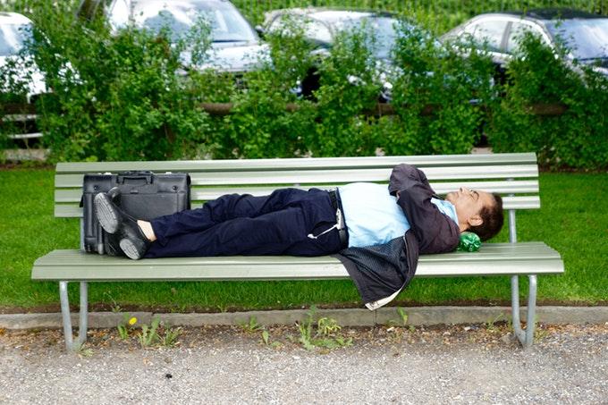 午後の仕事に備えて昼寝するならどんな姿勢がいい?